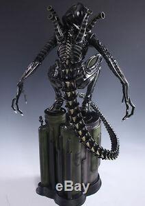 AVP Alien Vs Predator Alien Warrior crouching 1/4 figure Resin Statue
