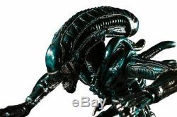 Aliens Alien Water Attack Statue