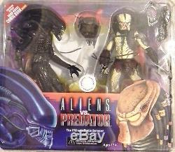 Aliens vs Predator NECA Action Figure 2 Pack Set Toys R Us Exclusive Comic Book