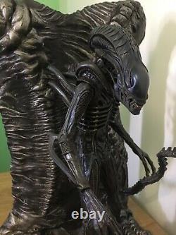 Hot Toys Ultimate Aliens MMS 354 Alien Warrior Delixe Figure & Display
