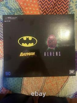 Neca DC Batman VS Aliens NYCC 2019 Exclusive Action Figure Set Damaged Box